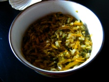 Zutaten für den Sugo (Tagliatelle mit Gemüse und Riesengarnelen): 1 Zucchino, 1/2 Zwiebel, 3 Knoblauchzehen, etwas Petersil, 1 große gelbe Rübe, 1 Stange Stangensellerie, Lauch, Olivenöl, Pfeffer, etwas Chili und Weißwein