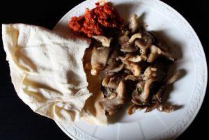 Austernpilze mit Peperoncinocreme und arabischem Brot